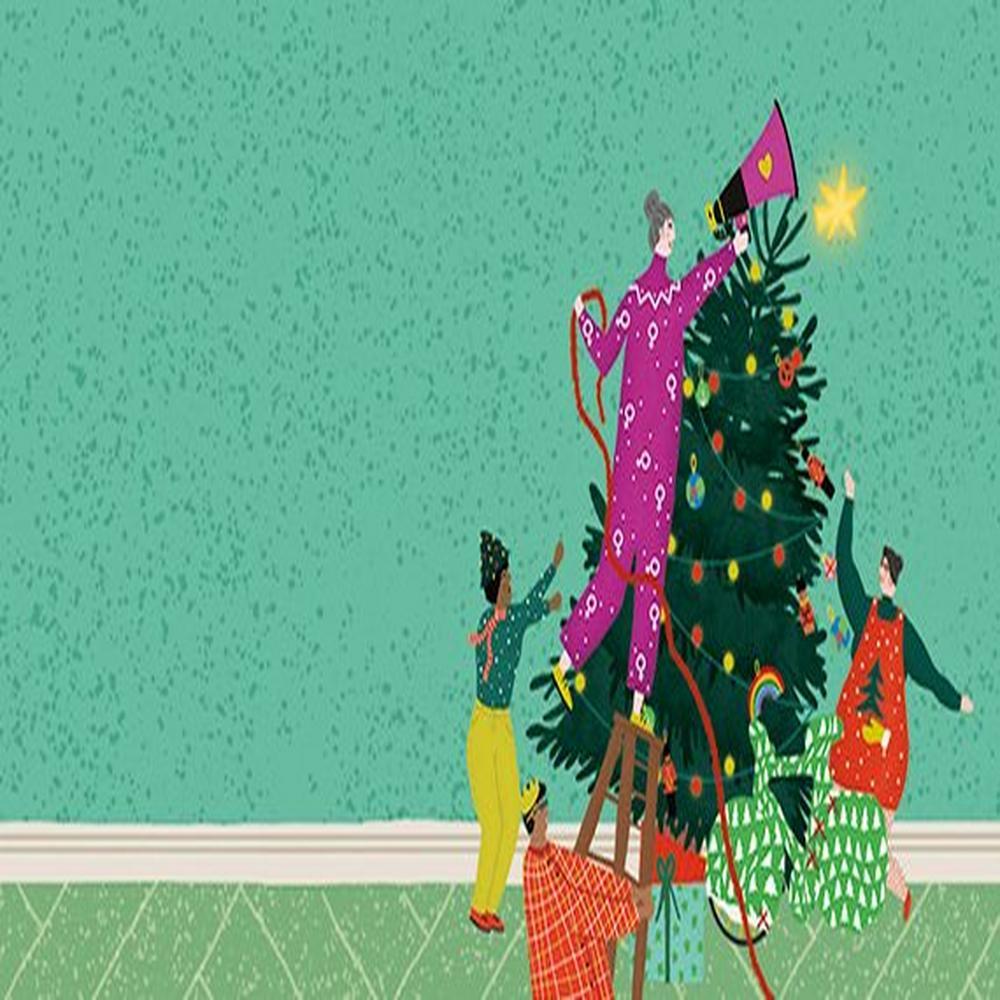 Personnes accrochant des décorations sur un arbre de Noël